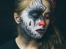 Halloween, le visage d'une fille est une poupée, le plancher d'un visage est mort Une femme avec un maquillage horrible photos libres de droits