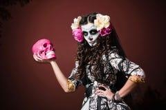 Halloween-lebende tote Frau mit dem Schädel Stockfotos