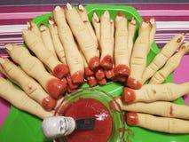 Halloween-Lebensmittel, blutige Finger stockbilder