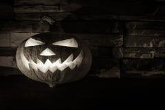 Halloween luminoso blanco y negro Jack O& x27; linterna en oscuridad en el fondo de piedra Imagen de archivo libre de regalías