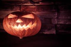 Halloween luminoso Jack O& x27; linterna en oscuridad en el fondo de piedra Fotografía de archivo