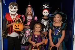 halloween lycklig deltagare som behandlar trick Arkivfoton