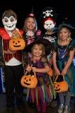 halloween lycklig deltagare som behandlar trick arkivbild
