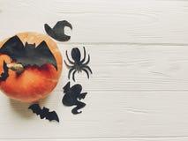 halloween Lyckligt halloween begrepp pumpa med häxaspökeslagträet Royaltyfri Fotografi