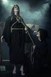 Halloween Mönch führte Hexe durch Juni 2013 – Zeit- und Epochenfestival im Kolomenskoye Stockfoto