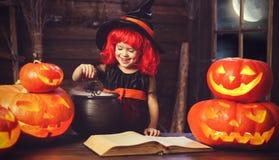 halloween mała czarownica czaruje z książką czary, magi Zdjęcia Stock