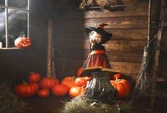 halloween mała czarownica czaruje z książką czary, magia Fotografia Stock