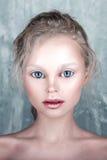 Halloween-maakt het mooie meisje van het poppengezicht met perfect omhoog en haar Stock Foto