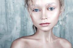 Halloween-maakt het mooie meisje van het poppengezicht met perfect omhoog en haar Stock Foto's