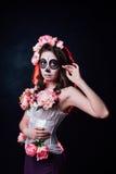 Halloween-make-upvrouw van Santa Muerte stock foto