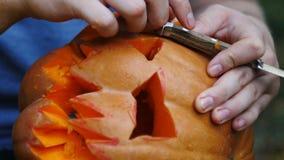 halloween Mannen snider anlete i en pumpa för att göra en lykta för stålarnolla-` stock illustrationer