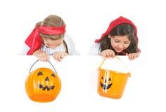 Halloween: Meisjes die onderaan over Witte Kaart kijken Royalty-vrije Stock Foto