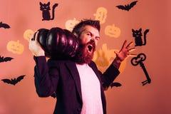 Halloween-mens met glimlach op donkere achtergrond Halloween-mens met pompoen in duisternis Halloween, vakantieviering stock foto