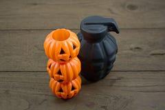 Halloween mit schwarzer gefälschter Bombe auf hölzerner Tabelle stockfotografie