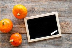 Halloween-Modell Tafel nahe Kürbisen auf Draufsicht des hölzernen Hintergrundes Stockfotos