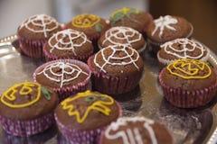 Halloween-muffins met spinnewebdecoratie royalty-vrije stock fotografie