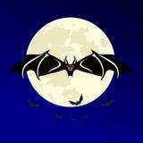 Halloween-nacht met knuppels die over maan vliegen Stock Foto