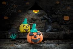 Halloween-Nacht mit Plasticine auf dem Hintergrund des gedämpften Lichts Stockfotografie