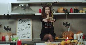 Halloween-nacht verbazende decoratie in de keuken, één het jonge vrouwelijke spelen voor de zeer artistieke camera stock videobeelden