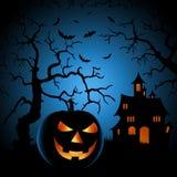 Halloween-nachtaffiche met achtervolgde kasteel en het grijnzen pompoen Stock Foto