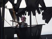 Halloween - Nawiedzający pirata statek na Frontowym jardzie Obrazy Stock