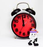 Halloween obliczenia puszka zegar z duch zabawką Zdjęcia Stock