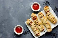 Halloween od tła blasku księżyca uwagi Śmieszne kiełbasiane mamusie z ketchupem dla Hala Obrazy Stock