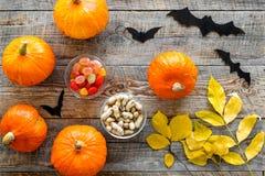 Halloween od tła blasku księżyca uwagi Banie, papierów nietoperze i jesień liście na drewnianego tła odgórnym widoku, Zdjęcie Stock