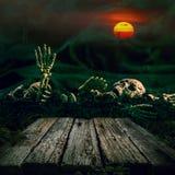 Halloween od tła blasku księżyca uwagi Czaszka i kościec z księżyc w pełni i drewnem Zdjęcia Royalty Free