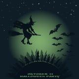 Halloween od tła blasku księżyca uwagi wizerunek latanie nad lasową czarownicą na broomstick i nietoperzach Zdjęcie Royalty Free