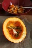 Halloween, orange a rôti le potiron du Hokkaido avec l'ail et le romarin Photographie stock libre de droits