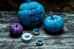 Halloween orribile blu, ha dipinto le zucche e le candele blu fotografia stock libera da diritti