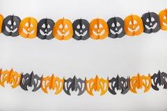 Halloween-Papierdekoration mit Kürbisen und Schlägern Stockbild