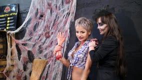 Halloween-Partei, Fotosession, junge Leute kleidete oben in den furchtsamen Kostümen, mit einem entsetzlichen Make-up an Sie habe stock video footage