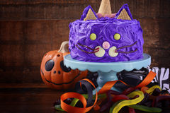 Halloween-Partei-Purpur Cat Cake stockfoto
