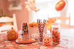 Halloween-Parteidekorationen auf Tabelle zuhause im Haus Stockfoto