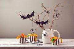 Halloween-Parteidekorationen mit Spinnen stockbild