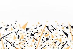 Halloween-Parteidekorationen von der Draufsicht der schwarzen und orange Konfettis flache Lageart lizenzfreies stockbild