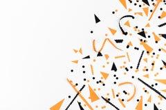 Halloween-Parteidekorationen von der Draufsicht der schwarzen und orange Konfettis flache Lageart lizenzfreie stockfotografie
