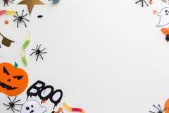 Halloween-Parteipapierdekorationen und -bonbons Lizenzfreie Stockfotos