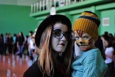 Halloween-partij met kinderen die op het gezicht geschilderd zijn royalty-vrije stock afbeelding
