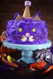 Halloween-Partij Purpere Cat Cake Stock Afbeeldingen