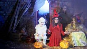 Halloween-Partij: Spook en Heksen die een Lied zingen stock footage