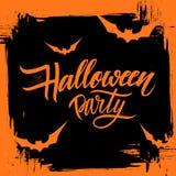 Halloween-partijaffiche met de kalligrafische elementen en achtergrond van de borstelslag Hand het getrokken van letters voorzien Royalty-vrije Stock Fotografie