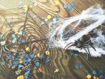 Halloween-partijconfettien en spinnen op dark Royalty-vrije Stock Afbeeldingen