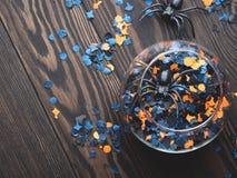 Halloween-partijconfettien en spinnen op dark Royalty-vrije Stock Fotografie