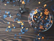 Halloween-partijconfettien en spinnen op dark Stock Afbeelding