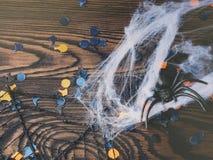 Halloween-partijconfettien en spinnen op dark Royalty-vrije Stock Afbeelding
