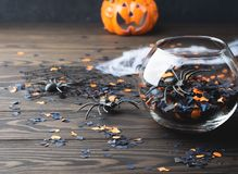 Halloween-partijconfettien en spinnen op dark Royalty-vrije Stock Foto's