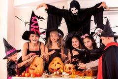 Halloween-Party mit Kindern stockbilder